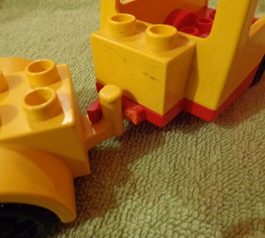 Fix a LEGO DUPLO caravan (before)